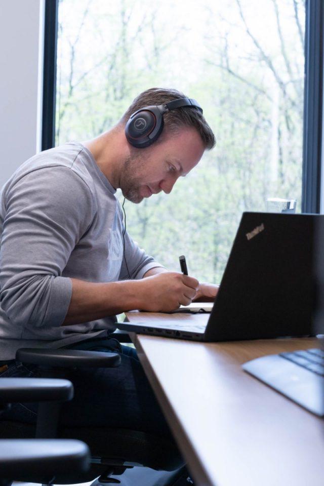 Senior Consultant Dennis am Laptop